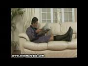 Koleś w szlafroku i kapciach wali konia na kanapie