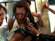Młoda kobieta męczona seksualnie w pociągu