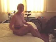 Zabawa starszego małżeńswta na łóżku