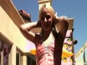 Blondi obciąga kutasa w plenerze
