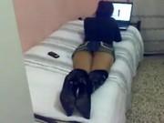 Ubrana dziewczyna na łóżku