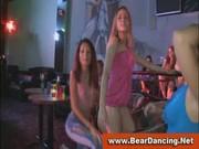 Laseczki obciągają striptizerowi na imprezie